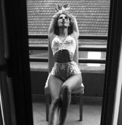 """BALERINA SHQIPTARE PUBLIKON FOTON """"TOPLESS""""/ Mama e saj e kritikon (FOTO)"""