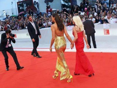 Irina Shayk pushton tapetin e kuq me Donatella Versacen