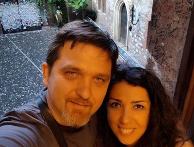 13 vite martesë/  Julian Deda i bën dedikimin emocionues bashkëshortes së tij (FOTO)
