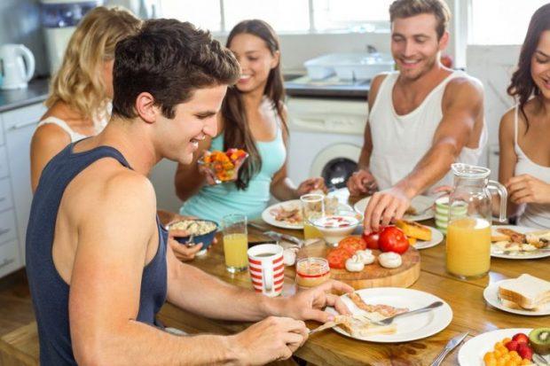 Kur është koha e duhur të hamë mëngjes? Ja si përgjigjen nutricionistët