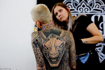 Mijëra tatuazhistë zbarkojnë më Moskë për panairin e tatuazhit