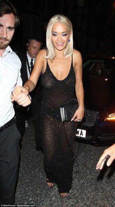 """Rita Orës iu shqep fustani/ Këngëtarja nuk kishte veshur as reçipeta në festën e """"GQ Awards"""""""