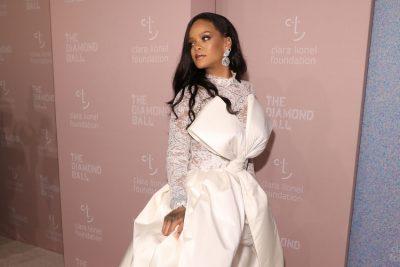 """MBRËMJA GALA E """"DIAMOND BALL""""/ Rihanna shkëlqen me të bardha por vëmendjen e merr dikush tjetër (FOTO)"""