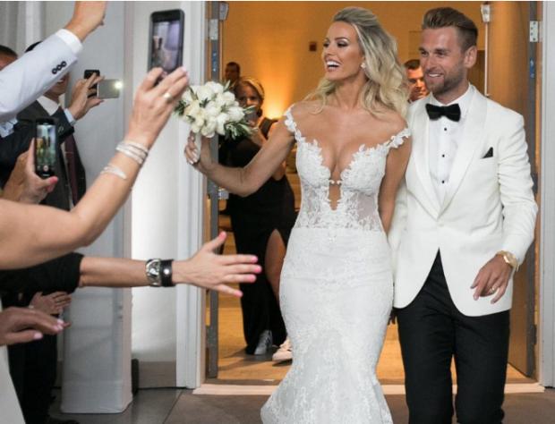 Pas dasmës madhështore/ Afërdita mbërrin në Tiranë dhe Ermal Mamaqi pret me këngë (VIDEO)