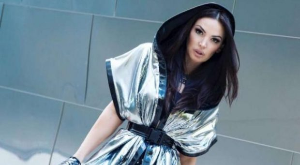 E KUQE SI BLEONA!/ E veshur vetëm me të brendshme, këngëtarja na njofton për… (FOTO)