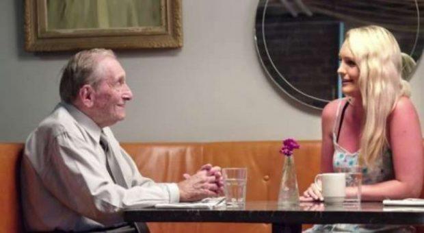 """Ky është plaku që të gjithë të rinjtë e kanë zili: Shikoni si i """"kap"""" femrat (VIDEO)"""