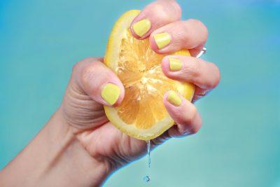 Na paska gënjyer mendja/ Ja e vërteta e hidhur e konsumimit të ujit me limon
