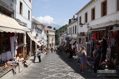 Restaurohet pazari historik në Gjirokastër'/ Turistët mbushin sokaqet e qytetit (FOTO)