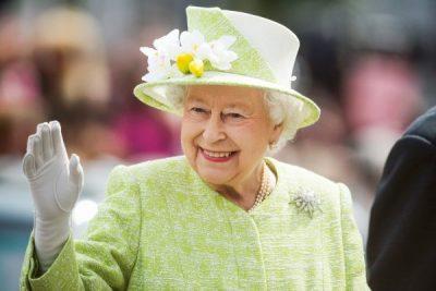 Mbretëresha Elizabeth përdor një dorë të rreme për përshëndetjet