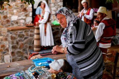 Mahnit tradita në zhdukje/ Nusja kosovare pikturohet në fytyrë