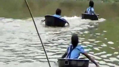 RREZIKOJNË JETËN PËR TË SHKUAR NË SHKOLLË/ Nxënësit kalojnë lumin me tenxhere (VIDEO)
