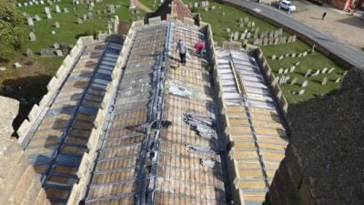 """""""HAJDUTËT E GUXIMSHËM""""/ U paraqitën si tregtarë e vodhën gjithë çatinë e kishës"""