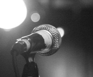 BËRI TATUAZH PRAPA VESHIT/ Këngëtari shqiptar dënohet me 4 muaj burg (FOTO)