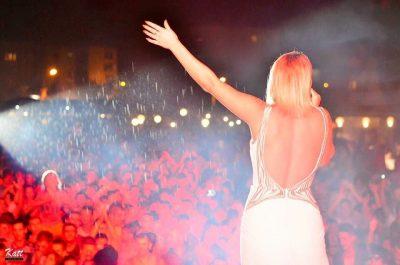 PREU FLOKËT SHKURT FARE/ Këngëtarja shqiptare duket tjetër njeri (FOTO)