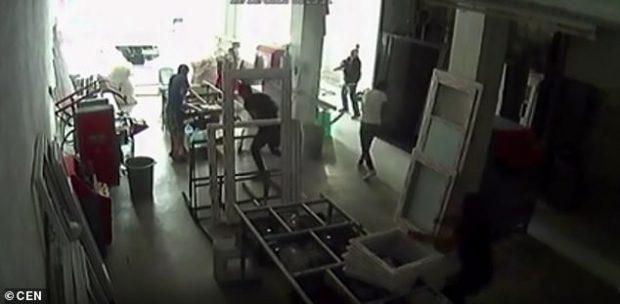 NUK FIRMOSTE DIVORCIN/ Babai i nuses qëllon me armë dhëndrin (VIDEO)
