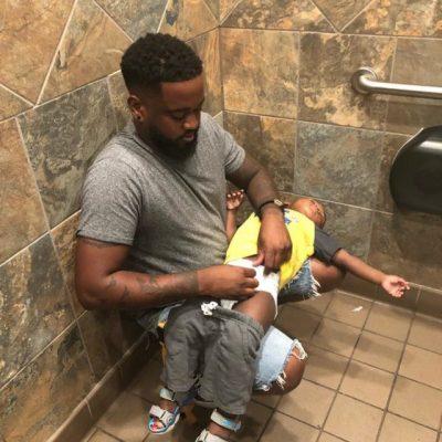 NISMA E ÇUDITSHME/ Ky baba po i bën thirrje gjithë botës të ndryshojë tualetet e burrave