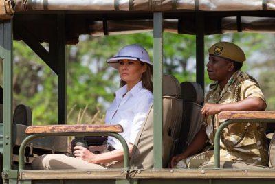 OFENDOI GJITHË AFRIKËN VETËM ME NJË KAPELE/ Melania Trump kritikohet nga qindra njerëz nga e gjithë bota