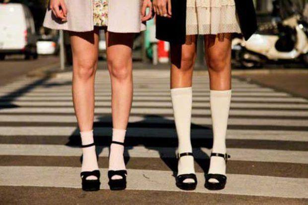 NJË GUIDË E THJESHTË VIZUALE/ Si të vishni sandale në vjeshtë e dimër (FOTO)