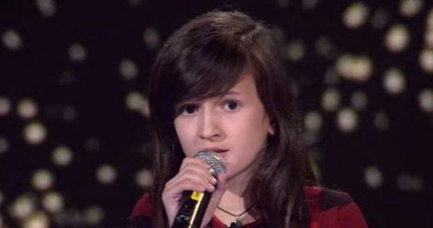 """RIKTHEHET DANIELA E """"THE VOICE KIDS""""/ Vogëlushja do t'ju bëjë të qani me këngën e saj"""