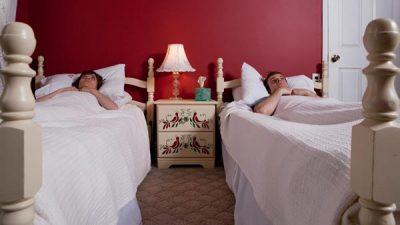 A është gjë e keqe që i dashuri nuk fle në një krevat me mua?