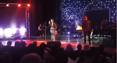 """IKIN DRITAT NË TEATRIN """"MIGJENI""""/ Salla këndon këngën luleborë (VIDEO)"""