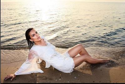 PAS FOTOVE SEKSI ME BIKINI/ Këngëtarja e njohur shqiptare mbulohet me shami