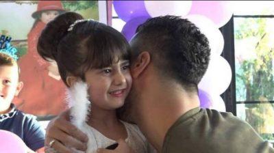 Doktorët nuk i dhanë shpresë/ Këngëtari shqiptar i bën surprizë vogëlushes (FOTO)