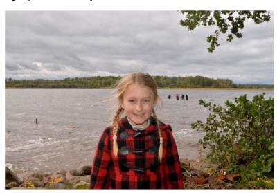 Vajza tetë vjeçare gjen shpatën 1,500 vjeçare në liqen  (FOTO)