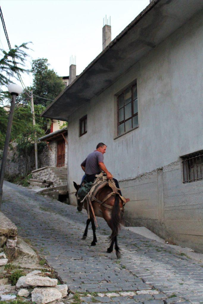 """""""QYTETI MË INTERESANT NË BALLKAN""""/ Gazetarja italiane realizon reportazh në Gjirokastër"""