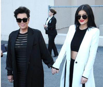 SI DY PIKA UJË/ Kylie Jenner pret flokët si e ëma dhe duken si binjake (FOTO)