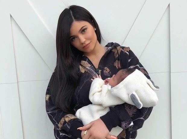 SI DY PIKA UJË/ Stormi është kopja e Kylie Jenner dhe këtu keni provat (FOTO)