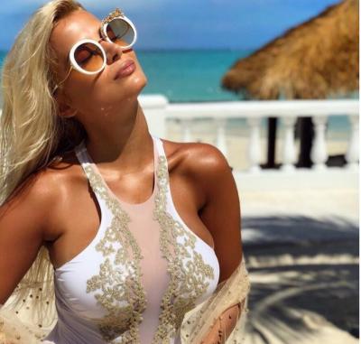 """""""MBETËM PA FJALË""""/ Vetëm një palë bikini të Marina Vjollcës kushtojnë sa 6 rroga pune (FOTO)"""