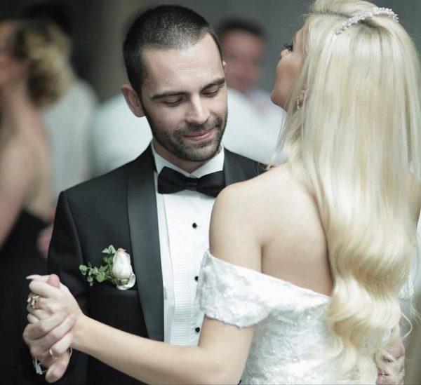 1 VIT MARTESË/ Këngëtari shqiptar dedikim për bashkëshorten (FOTO)