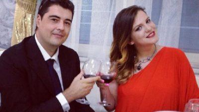 """""""DO JETOJ PËR TY""""/ Rezarta Shkurta publikon momentet romantike dhe i puth dorën bashkëshortit"""