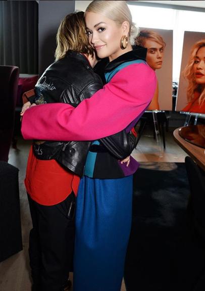 DUKE U PËRQAFUAR/ Rita takohet më në fund sërish me ish të dashurën (FOTO)