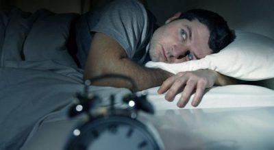 Zgjoheni gjatë natës? Trupi po ju paralajmëron për këto rreziqe shëndetësore