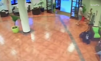 SULMOI GRUAN NË HOLLIN E HOTELIT/ Ndërhyn menaxheri dhe përplas në tokë (VIDEO)