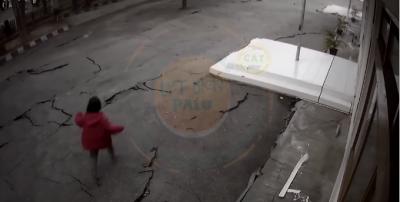 PAMJE TË FRIKSHME/ Shihni si çahet toka nga tërmeti 7.5 ballë (VIDEO)