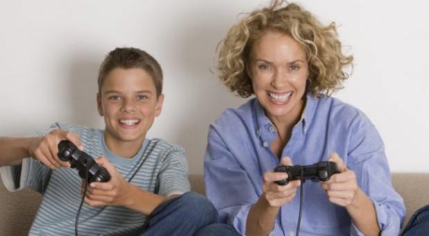 STUDIMI/  Mosha e pubertetit të djemve varet nga nëna