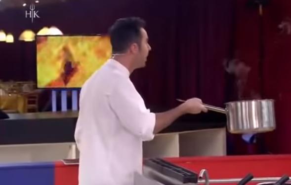 I HEDH TENXHEREN NË TOKË/ Renato nxehet keq dhe i ulëret konkurentes: Ka qimeeee (VIDEO)