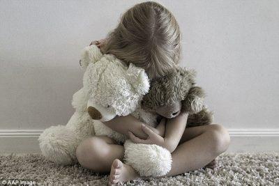 E TMERRSHME! Gjyshja lejon të dashurin që të abuzojë me mbesën 1-vjeçe