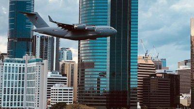 TMERROHEN QYTETARËT/ Aeroplani fluturon mespërmes gradaçelave (VIDEO)