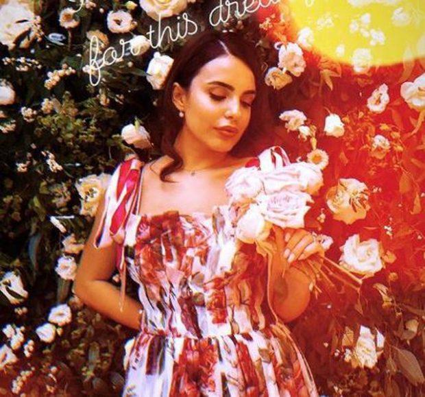FEJESA E ARMINËS DHE SHKËLZENIT/ Shihni çfarë kuptimi kanë lulet e fustanit të blogeres (FOTO)
