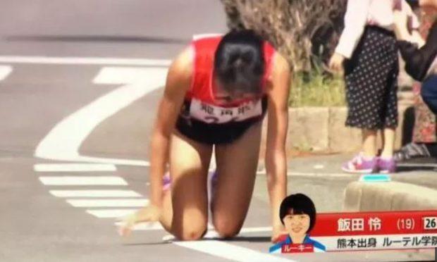 PËRFUNDON GARËN ME KËMBËN E THYER/ Atletja zvarritet drejt vijës së finishit (VIDEO)