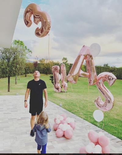 """NJË BABA I PËRKUSHTUAR/ Blendi Fevziu publikon """"foton e ëmbël"""".Vajza e vogël nuk i ndahet nga krahët (FOTO)"""