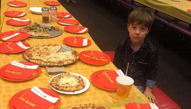 """NUK I ERDHI ASNJË SHOK NË FESTË/ Fytyra e këtij djali po """"pushton"""" internetin (FOTO)"""