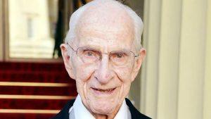NUK KA NDËRMEND TË DALË NË PENSION/ Njihuni me doktorin 106 vjeçar