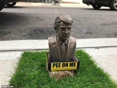 Statuja të Trump për të urinuar qentë (FOTO)