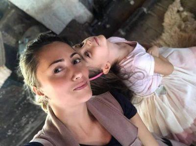 """MBRËMJET E ENEDËS/  Këngëtarja shqiptare kalon momente """"të ëmbla"""" me të bijën (FOTO)"""