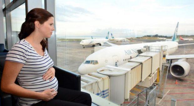 A është i sigurt udhëtimi me aeroplan për gratë shtatzëna?